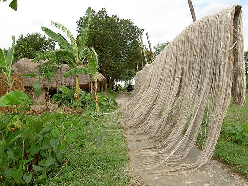 Утепление джутом межвенцовых швов деревянного бревенчатого дома
